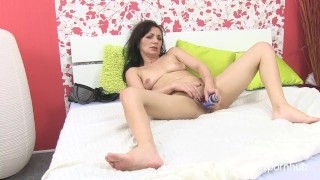 Mature mom tries porn to make her juices flow
